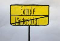 Symbolbild für EInschulung, wie ein Ortsausgangsschild, das Wort Kindergarten ist durchgestrichen, oben steht Schule